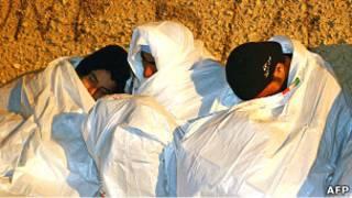 مهاجرون من تونس يستدفئون (11022011)