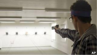 شخص يتدرب على السلاح في سويسرا