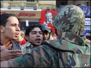 埃及示威者和士兵