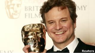 كولن فيرث يحمل جائزة بافتا عن دوره في فيلم خطاب الملك