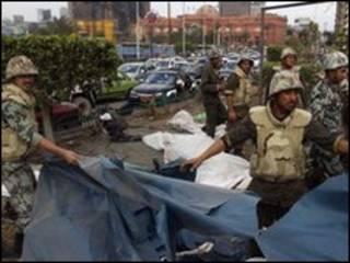 Militares ajudam a limpar a praça Tahrir
