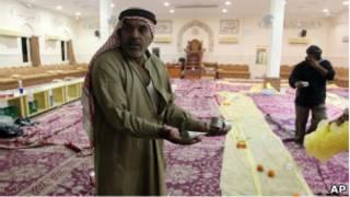 بحريني يمسك عبوات الغاز المسيل للدموع