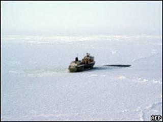 """Плавбаза """"Содружество"""" в ледовом плену в ожидании ледоколов в Охотском море"""