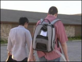 Troy Golden (à dir.) carrega a mochila com a bomba (Foto: BBC)