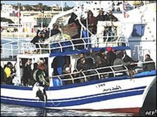 Imigrantes chegam em pequenas embarcações em Lampedusa (AFP)