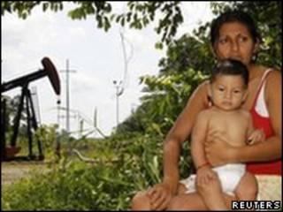 Equatorianos que se dizem afetados pelo derramamento de material tóxico (Foto: Reuters)