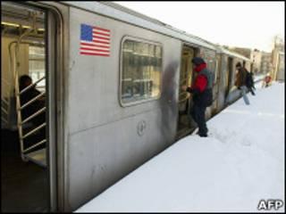 Поезд нью-йоркского метро на открытой платформе в Бронксе