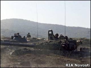 Солдаты ведут обстрел боевиков на Северном Кавказе