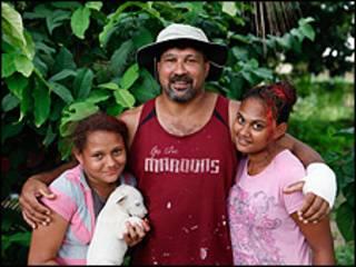 Eddie Sigai e suas filhas (imagem: Barcroft)