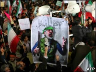 Homem atinge foto de Mir Hossein Mousavi com um sapato