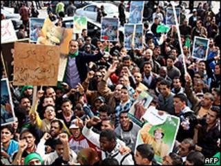 Manifestantes partidários de Khadafi se reuniram em Trípoli (AFP)