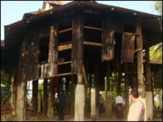 မြစ်နားရှိ သံဖြူမြန်မာကျောင်းအဖျက်ခံရပုံ