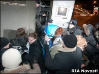 ОМОН задерживает оппозиционеров в Минске