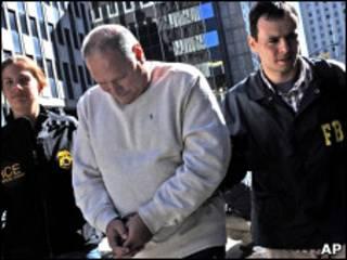Агенты ФБР арестовывают подозреваемого по делу о медстраховании