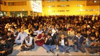 巴林首都麥納麥示威者在收治鎮壓傷者的蘇萊曼醫院外祈禱(17/2/2011)