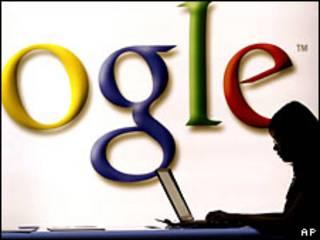 Personas frente a un anuncio de Google