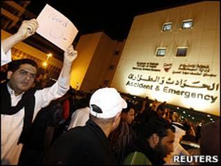 巴林首都麥納麥Salmaniya醫院外工作人員舉起標語呼籲捐血(18/2/2011)