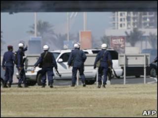 Policiais na praça Pérola, em Manama, após retirada do Exército
