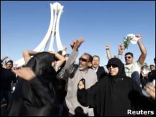 Manifestantes comemoram após voltarem à praça Pérola