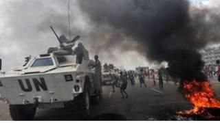 متظاهرون أمام دبابة تابعة للأم المتخدة في ساحل العاج