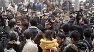 北京王府井聚集民众被警察驱赶(20/2/2011)
