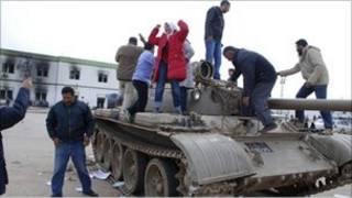 Warga Libia berdiri di atas tank