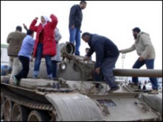 Reprodução de gravação de protestos na Líbia