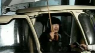 القذافي كما بدا في التسجيل الذي بثه التلفزيون الليبي مساء الاثنين