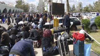 مسافرون في انتظار رحلاتهم امام مطار طرابلس