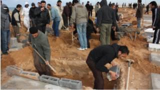 تجهيز القبور لضحايا اشتباكات طرابلس