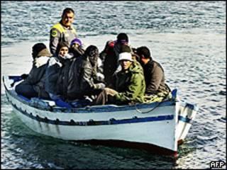 Barco com imigrantes chega a Lampedusa (AFP)