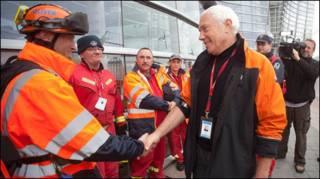 Thị trưởng Christchurch, Bob Parker, gặp gỡ nhân viên cứu hộ