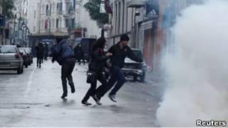 Столкновение демонстрантов с полицией в Тунисе 26 февраля 2011 г.