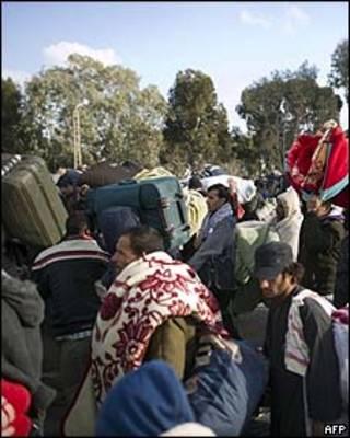 Egípcios deixam a Líbia, 27/02/AFP