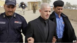 Багдадские полицейские ведут арестованного британца