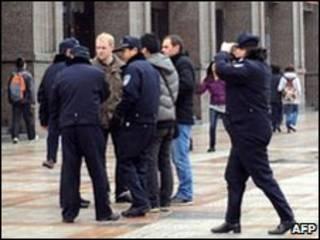 Cảnh sát Trung Quốc vây phóng viên nước ngoài