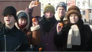 Активисты КОС с мандаринами