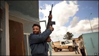 Ливийский повстанец с автоматом