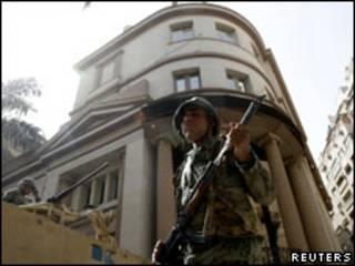 Soldado patrulha a bolsa do Cairo