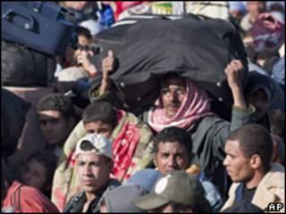 Refugiados de Líbia, Tunísia e Egito concentrados na fronteira líbia-egípcia (Foto: AP)