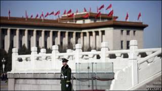 一名中國武警在北京人民大會堂前執勤(02/03/2011)