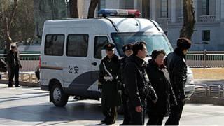嚴防抗議活動的警察