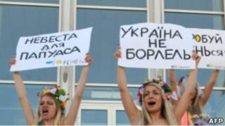 Обнаженные украинки из движения Femen протестуют у киевского загса