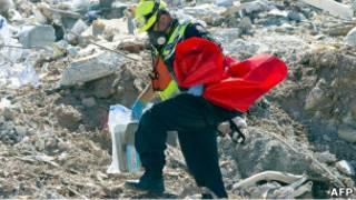 Участник спасательной миссии разбирает завалы в Крайстчерче