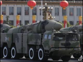 Veículos militares exibem mísseis durante desfile na Praça da Paz Celestila, em Pequim, na China
