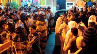 مواجهات بين شرطة مكافحة الشغب السعودية ومتظاهرين في قرية العوامية