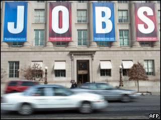 Banner com a palavra 'emprego' na fachada da Câmara de Comércio dos EUA