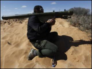 Combatente rebelde em Ras Lanuf