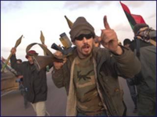 लीबिया के रास लानुफ़ में विद्रोही लड़ाके