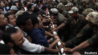 متظاهرون امام مقر امن الدولة
